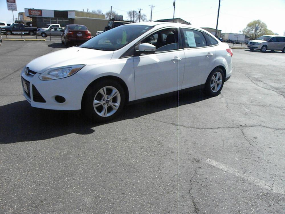 2014 WHITE /BLACK Ford Focus SE Sedan (1FADP3F20EL) with an 2.0L L4 DOHC 16V engine, AUTOMATIC transmission, located at 607 W Columbia Drive, Kennewick, WA, 99336, (509) 582-8818, 46.216743, -119.126404 - Photo #0